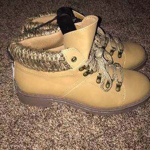 NWT Utility Boots